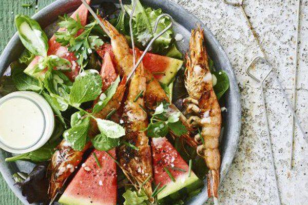 Kruidensalade met gegrilde gamba's en watermeloen